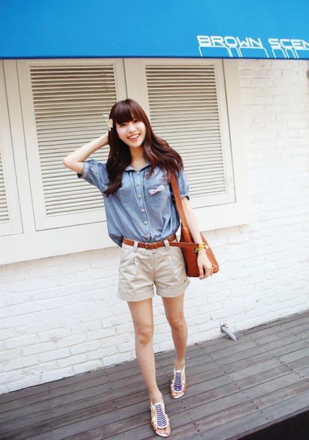 蓝色牛仔休闲衬衫搭配卡其色高腰工装短裤