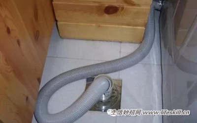 解决方法:这个必须拆开马桶重新安装或者调整密封圈的位置