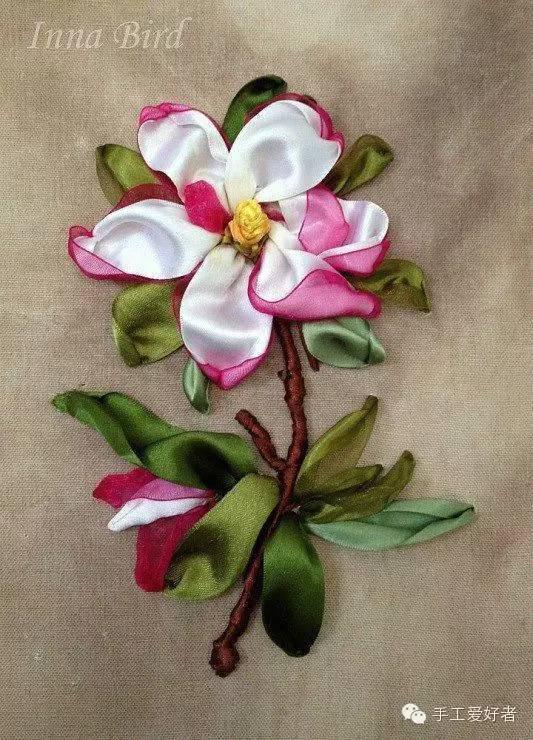 丝带绣是用色彩丰富,质感细腻的缎带为原材料,在棉麻布上,配用一些简单的针法,绣出的立体绣品。是继十字绣之后一种更具有创意的新兴手工DIY刺绣项目 。今天,手爱君就来带大家一起走近这种在织布上种鲜花的手工刺绣工艺。   DIY丝带绣套件里,每件均配以多种针法,摆脱一般绣 品针法单调的特点。绣友们除自已可以按部就班以外,亦可灵活搭配,随心演译,丝带绣上手极快。用句简单的话说,只要会用针,就能绣出精美绣品的DIY工艺。丝带绣的绣品呈立体状态, 鲜花层次,跃然于布面之上。