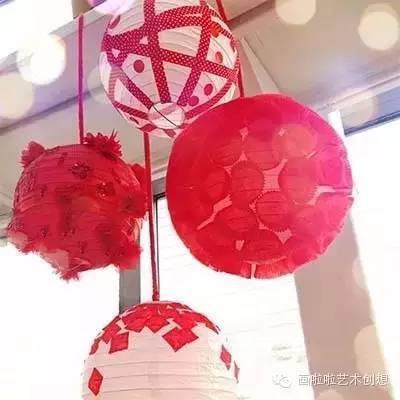 可以用红色彩带把灯笼围起来装饰,也可以贴上碎纸片,也可以混合起