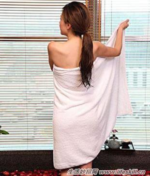 浴巾要怎么裹才不会掉?