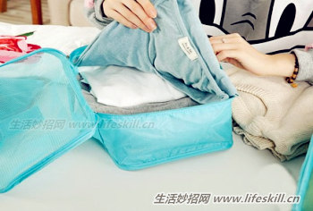 方法2,我们把羽绒服叠好,就像平时叠衣服那样叠就可以了,不要卷.
