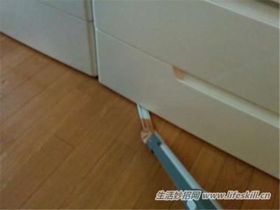 缝隙中的灰尘怎么清理?巧用吸管来帮忙!
